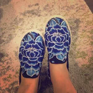 Hand made flower embroidery shoes